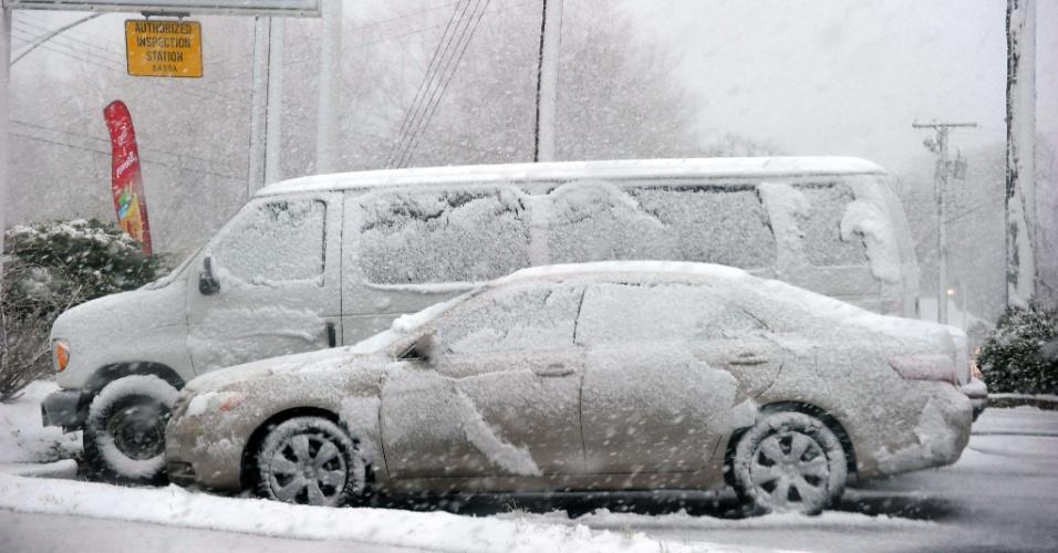 6.mar.2013 - Neve cobre carros em posto de gasolina nesta quarta-feira (6) em Silver Spring, no Estado de Maryland (EUA). O Serviço Meteorológico Nacional informou que a frente invernal avança lentamente desde o centro norte dos EUA para a costa leste, deixando um manto de neve de até 60 centímetros em algumas regiões