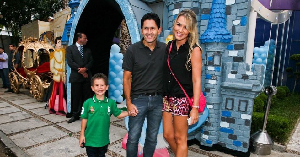 6.mar.2013 - O cantor Gian prestigiou o aniversário de três anos de Helena e Isabella, filhas de Luciano, em uma casa de festas em São Paulo. Ele estava acompanhado da mulher e do filho