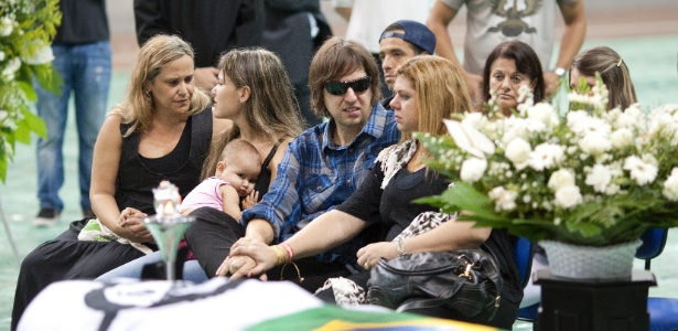 O guitarrista Marcão, do Charlie Brown Jr., se despede de Chorão em velório em Santos