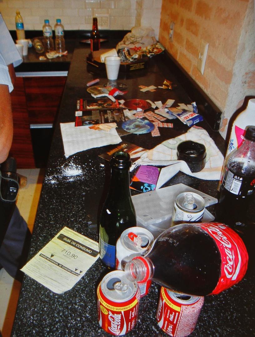 6.mar.2013 - Objetos na casa de Chorão, vocalista do Charlie Brown Jr encontrado morto em São Paulo