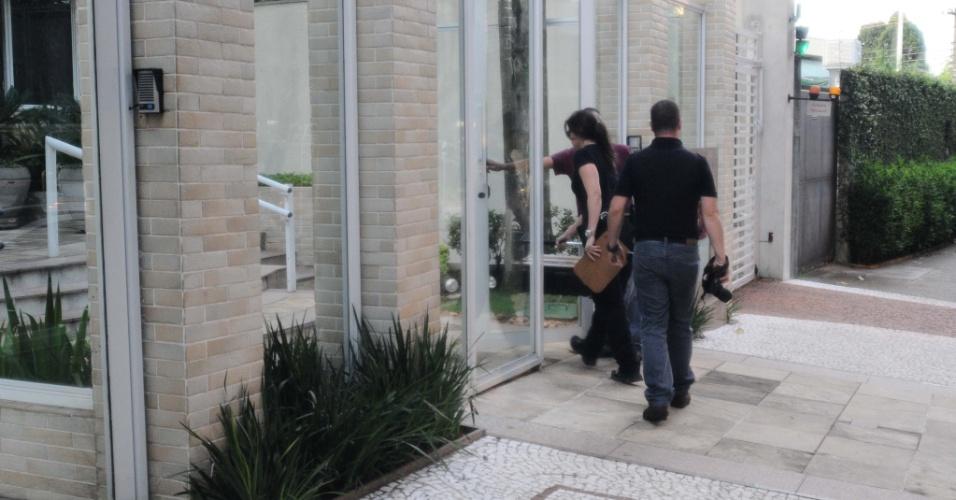 6.mar.2013 - Policiais entram no prédio de Chorão, onde o cantor foi encotrado morto nesta manhã no bairro de Pinheiros, em São Paulo