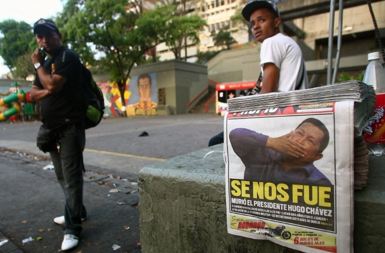 6.mar.2013 - Primeira página de jornal destaca a morte de Hugo Chávez, na saída de metrô em Caracas, capital da Venezuela. O país mergulhou em um clima de incerteza nesta quarta-feira (5), um dia após a morte de seu presidente. Chávez morreu na terça-feira (5), aos 58 anos, vítima de um câncer na região pélvica