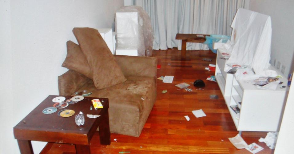 6.mar.2013 - Sala de estar do apartamento de Chorão, com objetos largados no chão