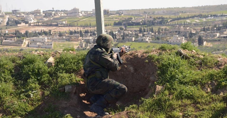 6.mar.2013 - Soldado sírio aponta arma durante operação em Aleppo, Síria, nesta quarta-feira. Rebeldes sírios anunciaram hoje a captura do chefe da Segurança do Estado na cidade de Al Raqa, no norte da Síria, onde os insurgentes e as forças do regime se enfrentam pelo controle da região. O ministro da Informação sírio, Omran al-Zubi, disse hoje que ?os atentados e os crimes dos terroristas da Frente Al Nusra, milícia vinculada a Al-Qaeda, são resultado de suas derrotas ante o exército sírio em Aleppo e Damasco?