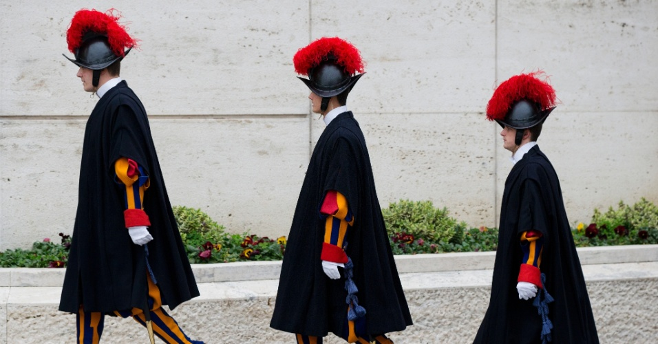 6.mar.2013 - Soldados da guarda suíça fazem a segurança dos cardeais na reunião de preparação do conclave na Sala Paulo 6º, no Vaticano