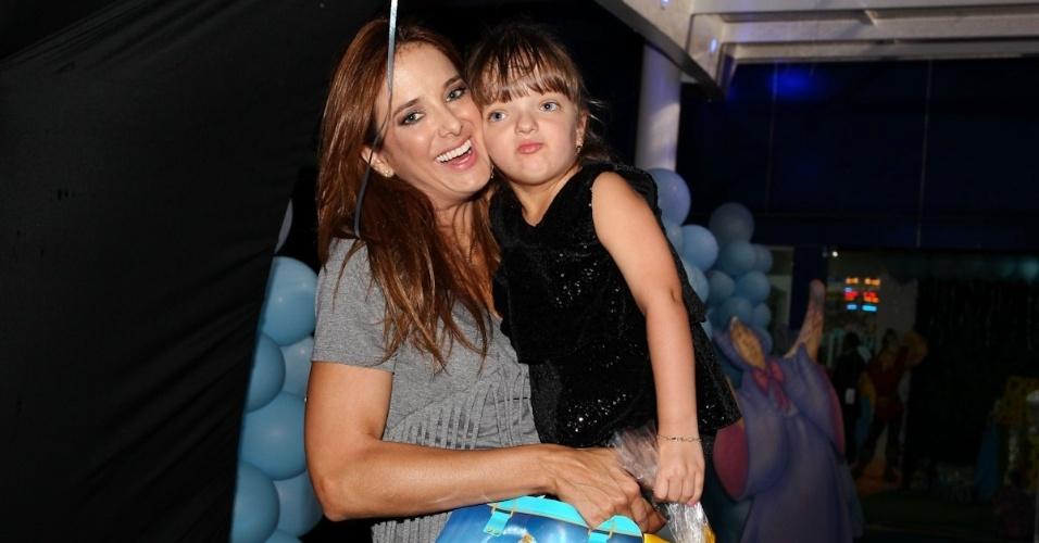 6.mar.2013 - Ticiane Pinheiro e a filha, Rafaella, prestigiaram o aniversário de três anos de Helena e Isabella, filhas de Luciano, em uma casa de festas em São Paulo