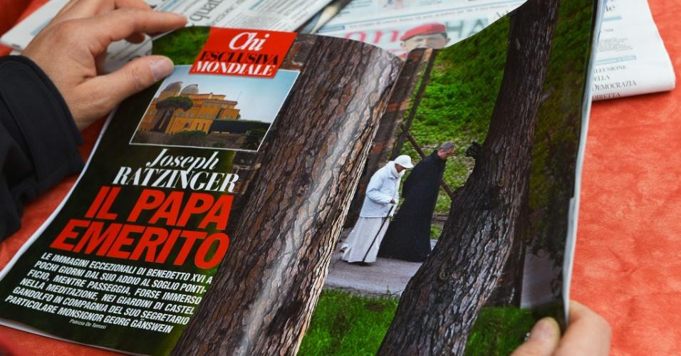 """6.mar.2013 - Um homem lê a revista de fofocas italiana """"Chi"""", com fotos do papa emérito Bento16 no terraço da residência papal de verão em Castel Gandolfo, no sul da Itália"""