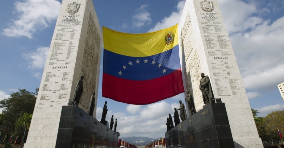 6.mar.2013 - Vista do Monumento à Nação da Venezuela, em Caracas, onde a banda de guerra do Exército do país ensaia para a caravana que acompanhará o cortejo de Hugo Chávez. O presidente da Venezuela morreu na terça-feira (5), aos 58 anos, vítima de um câncer na região pélvica. Desde às 6h em Caracas (4h30 de Brasília), as Forças Armadas do país disparam 21 tiros de canhão a cada hora, até que o corpo de Chávez seja enterrado