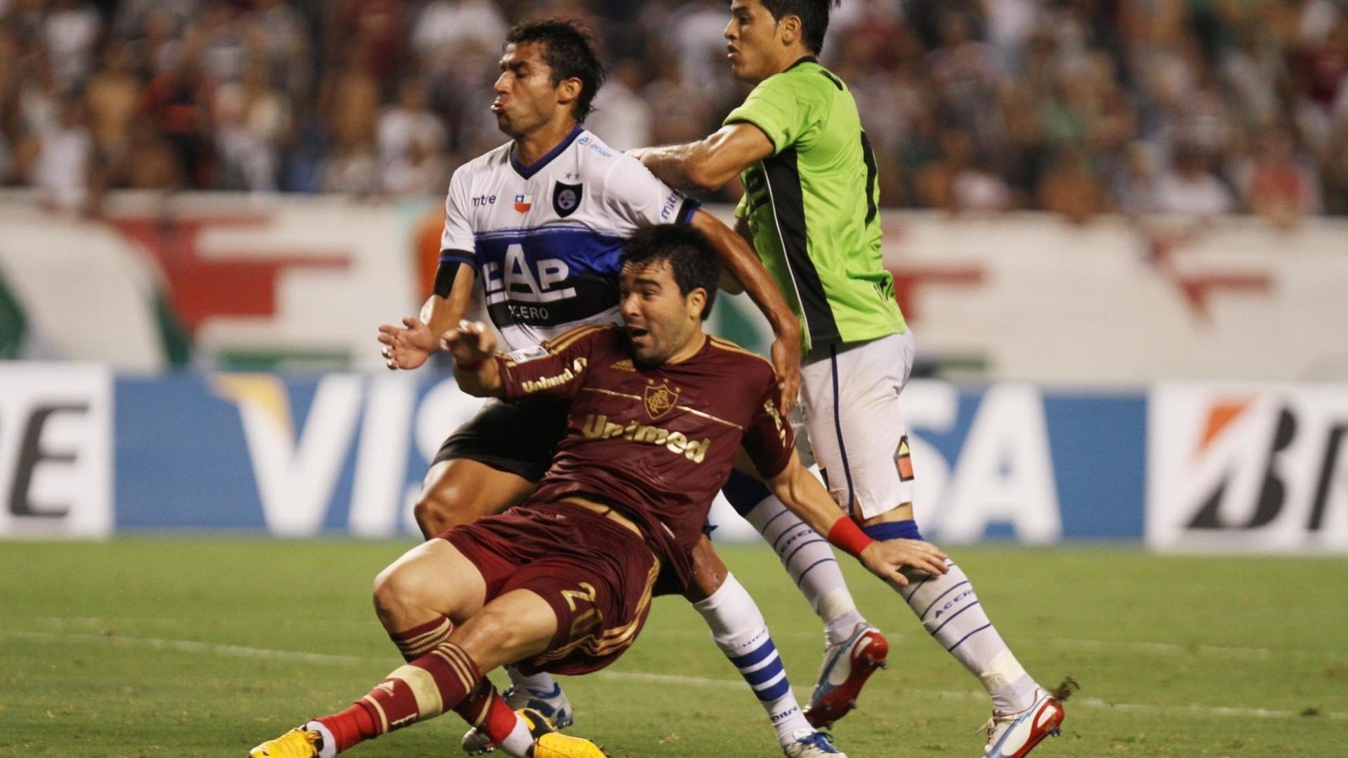 Caindo no gramado, Deco tenta finalizar para o Fluminense no duelo contra o Huachipato, no Engenhão, pelo grupo 8 da Libertadores