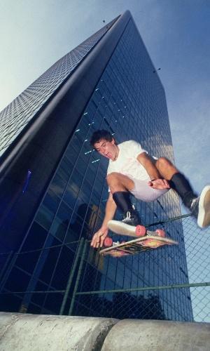 Aos 17 anos, Chorão faz manobra com skate, uma de suas paixões, em 1987. Na época, o cantor estava de mudança para a cidade de Santos (SP)