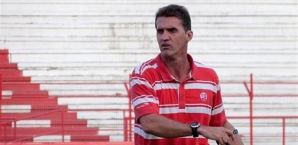 O técnico Vagner Mancini comanda um treino do Náutico nos Aflitos