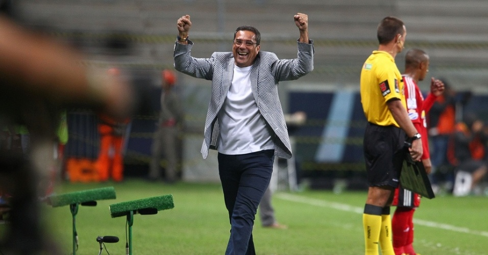 Tcnico Vanderlei Luxemburgo comemora gol do Grmio contra o Caracas pela Libertadores na Arena (06/03/2013)