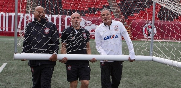 Tite d uma fora aos integrantes da comisso tcnica e ajuda a carregar trave em treino no Mxico