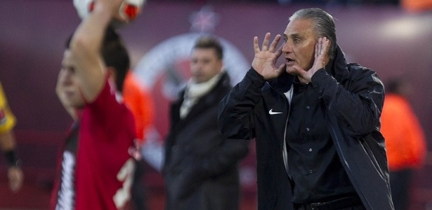 06.03.2013 - Tite, tcnico do Corinthians, orienta sua equipe na derrota por 1 a 0 diante do Tijuana, fora de casa