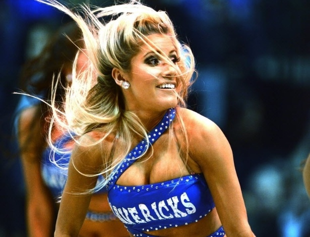 06.mar.2013 - Cheerleader do Dallas Mavericks dá show durante partida contra o Houston Rockets