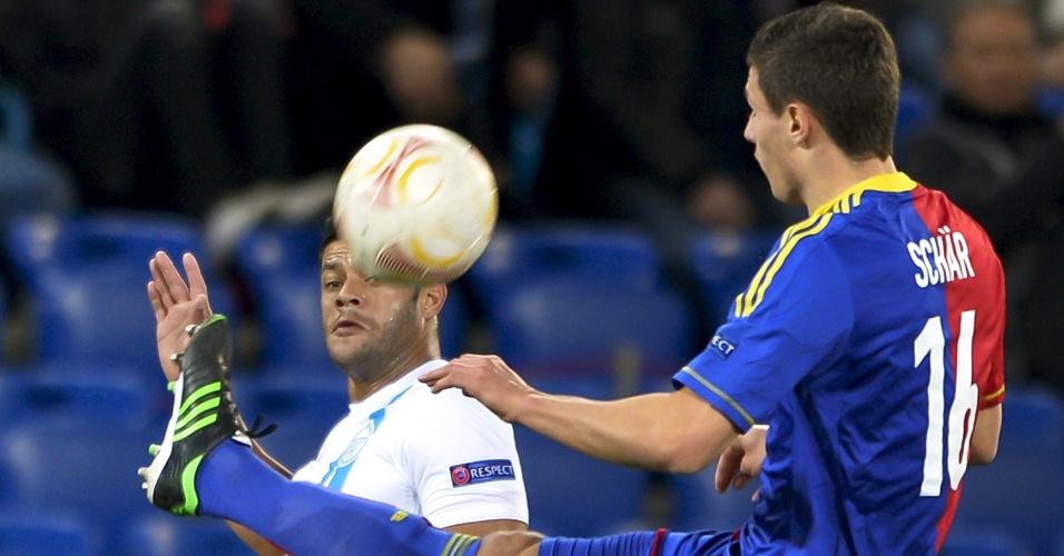 07.mar.2013 - Atacante brasileiro Hulk (esq), do Zenit, disputa jogada com Fabian Schaer, do Basel, durante jogo pelas oitavas da Liga Europa