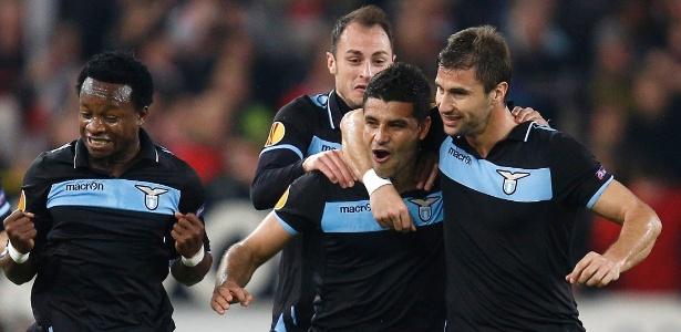 Éderson (centro) ganha o abraço dos companheiros após marcar contra o Stuttgart