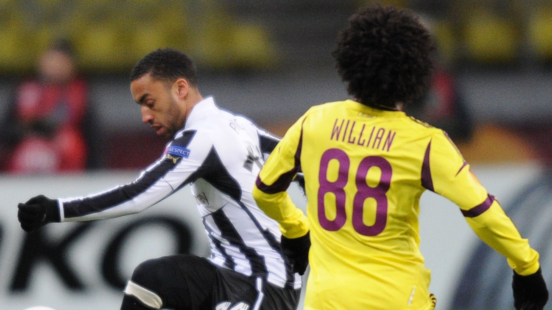 07.mar.2013 - Meia brasileiro Willian, do Anzhi, marca James Perch, do Newcastle, durante confronto pelas oitavas da Liga Europa