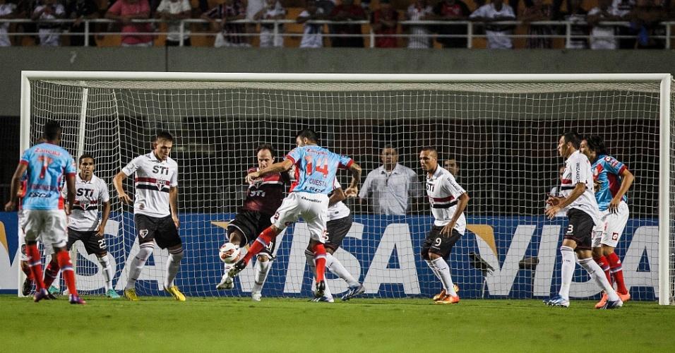 07.mar.2013 - Rogério Ceni, do São Paulo, divide bola com ataque do Arsenal de Sarandí pela Libertadores