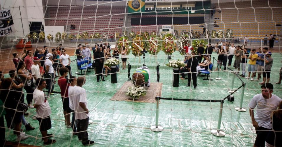 6.mar.2013 - Corpo do vocalista da banda Charlie Brown Jr, Chorão, é velado no ginásio esportivo Arena Santos, na noite desta quarta-feira (6), na em Santos, litoral paulista. Chorão foi encontrado morto na manhã de quarta-feira (6) em seu apartamento em São Paulo