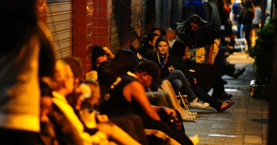 6.mar.2013 - Dezenas de pessoas esperam em fila na avenida Osvaldo Aranha, em Porto Alegre na frente da sede da Acele (Associação Comunitária de Ensino de Línguas Estrangeiras), para se matricular em cursos de línguas oferecidos por preços mais acessíveis