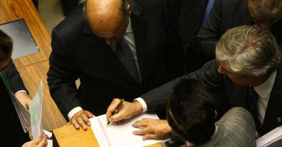 6.mar.2013 - Em sessão conjunta do Congresso Nacional, senadores e deputados começam a votar sobre os vetos da presidente Dilma Rousseff à lei que redistribui os royalties do petróleo. As cédulas são de papel e têm oito páginas cada uma