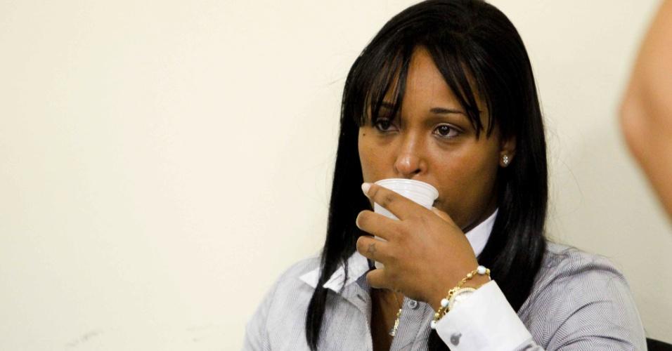 7.jan.2013 - Dayanne Souza, ex-mulher do ex-goleiro Bruno Fernandes de Souza assiste no banco dos réus ao julgamento, no Fórum Pedro Aleixo, em Contagem (MG). Ele é acusado de mandar matar a ex-amante Eliza Samudio