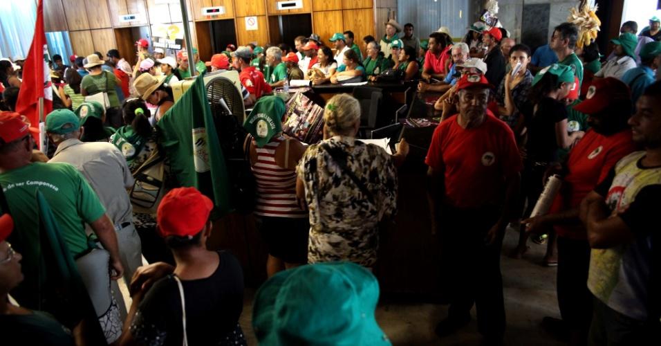 7.mar.2013 - Cerca de mil militantes do Movimento dos Trabalhadores Sem-Terra (MST) ocuparam nesta quinta-feira (7) o prédio da sede do Ministério da Agricultura, em Brasília, para pressionar o governo a acelerar a implementação da reforma agrária