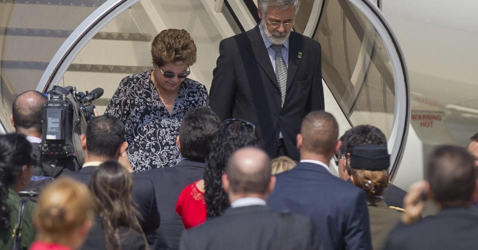7.mar.2013 - A presidente Dilma Rousseff (à dir.) chega a Caracas para acompanhar o velório do presidente venezuelano Hugo Chávez. O ex-presidente Luiz Inácio Lula da Silva (que não aparece na imagem) acompanhou a presidente na viagem