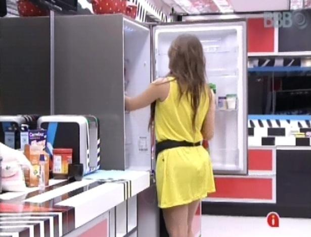 7.mar.2013 - Ainda com fome, miss faz outro lanche para ela e ataca a geladeira