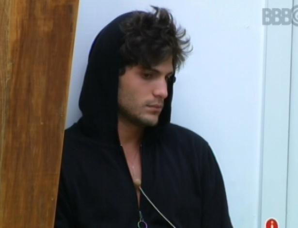 7.mar.2013 - André acorda e se encosta na parede enquanto aguarda a movimentação dos outros brothers