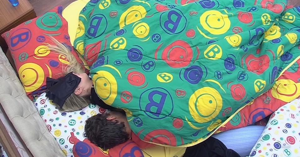 7.mar.2013 - André e Fernanda dormem no quarto