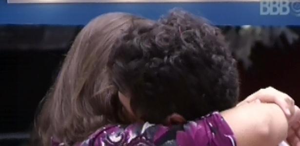 7.mar.2013 - Andressa e Nasser se beijam na cozinha da casa grande nesta tarde
