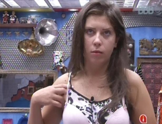 7.mar.2013 - Andressa tenta se vestir colocando sutiã sobre o pijama