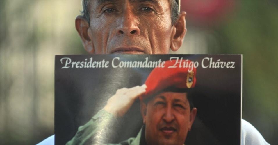 7.mar.2013 - Apoiador exibe foto de Hugo Chávez durante ato ecumênico em Manágua, capital da Nicarágua, para homenagear o venezuelano. Chávez morreu na terça-feira (5), aos 58 anos, vítima de um câncer