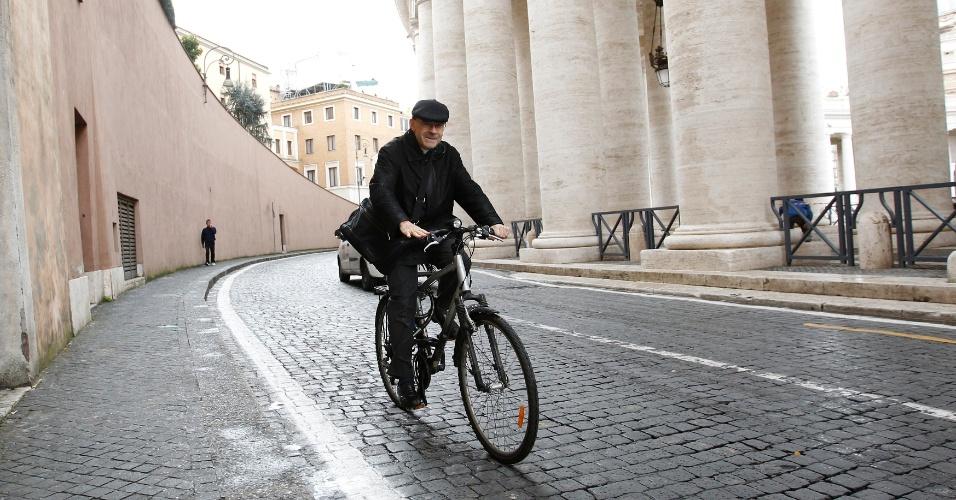 7.mar.2013 - Cardeal francês Philippe Barbarin usa bicicleta para se locomover por Vaticano, após quinta congregação geral preparatória para o conclave que vai eleger o sucessor de Bento 16