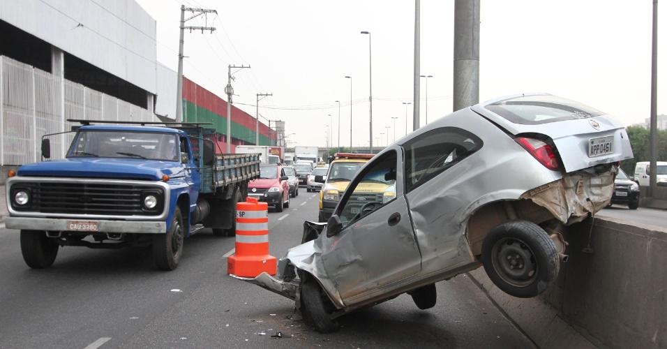 7.mar.2013 - Carro fica destruído após bater nesta quinta-feira (7) em mureta da pista local da marginal Tietê, em São Paulo (SP), próximo à ponte dos Remédios, no sentido Castello Branco
