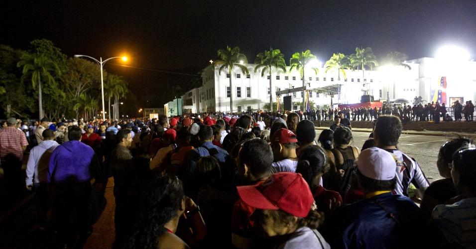 7.mar.2013 - Milhares de pessoas se reúnem diante da Academia Militar de Caracas, na expectativa de ver o caixão do presidente Hugo Chávez que está sendo velado no local