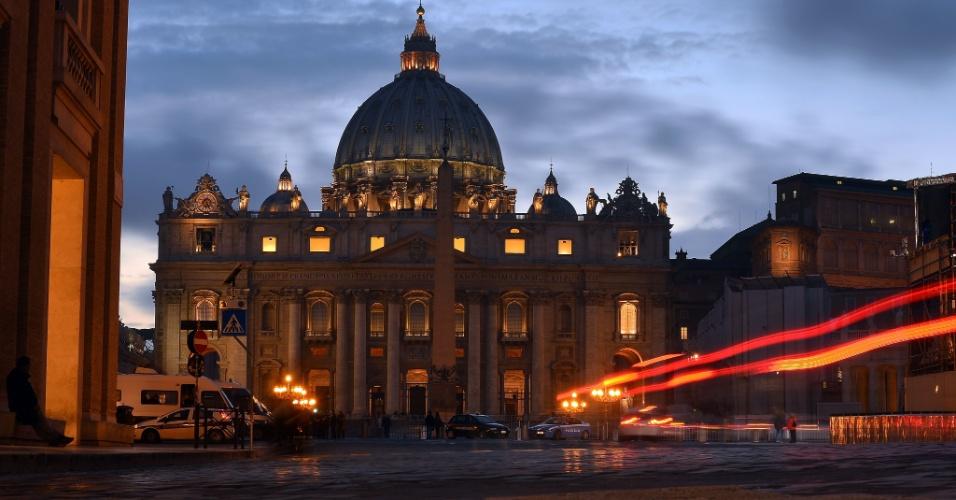 7.mar.2013 - Céu da praça de São Pedro, no Vaticano, escurece enquanto os cardeais se reúnem para definir a data para o início do conclave que elegerá o sucessor de Bento 16