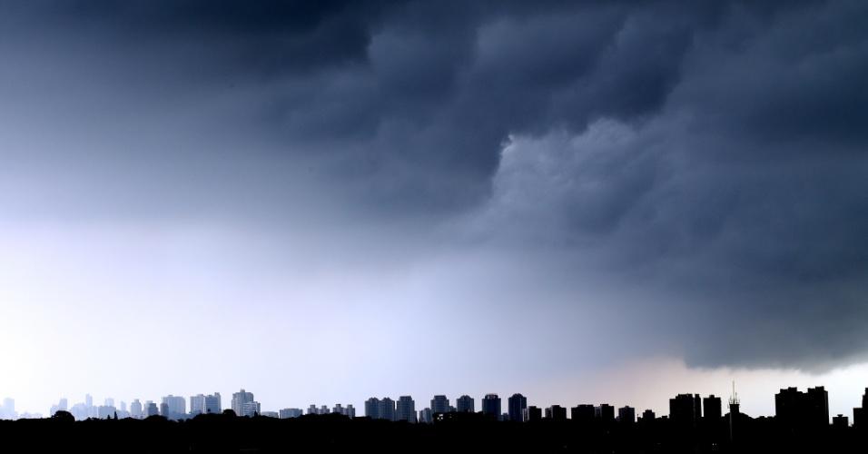 7.mar.2013 - Com iminência de chuva, o céu de São Paulo fica encoberto de nuvens escuras na tarde desta quinta-feira (7), na região oeste da cidade