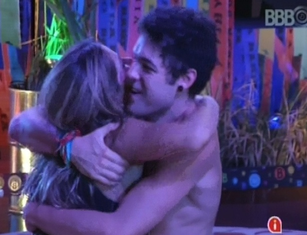 7.mar.2013 - Fani e Nasser se abraçam na festa; os dois se reconciliaram após algumas semanas brigados