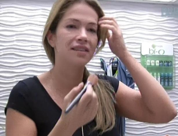 7.mar.2013 - Fani se maquia enquanto conversa com Andressa sobre festa com presença de Carlinhos Brown