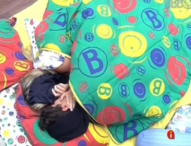 7.mar.2013 - Fernanda e André se beijam na cama, antes de voltarem a dormir nesta manhã