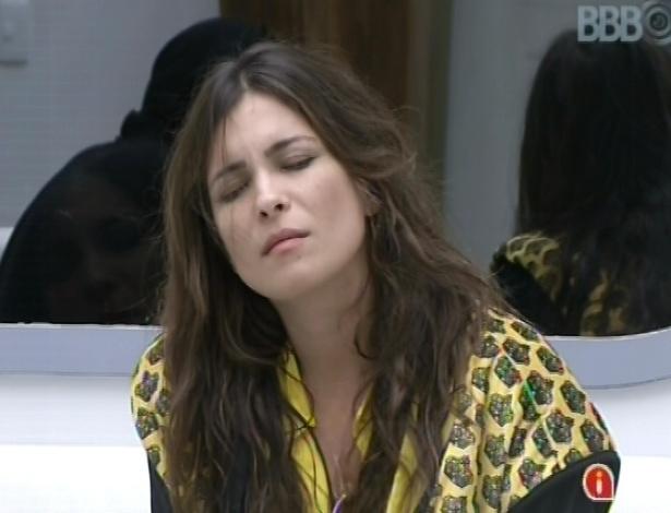 7.mar.2013 - Kamilla acorda, senta no sofá da sala, mas continua com sono