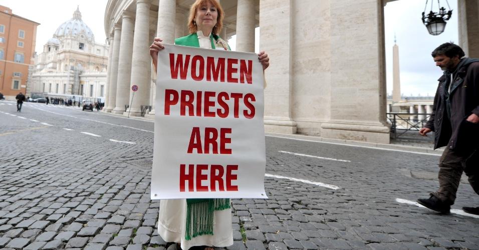 """7.mar.2013 - Madre Janice Sevre-Duszynska segura faixa onde está escrito """"Sacerdotizas mulheres estão aqui"""", para chamar a atenção para a falta de uma voz feminina na escolha do sucessor de Bento 16 em Roma, nesta quinta-feira (7)"""