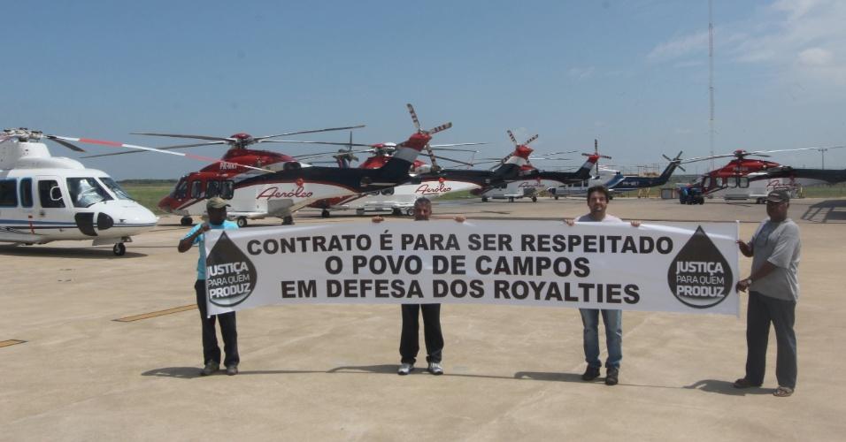 7.mar.2013 - Manifestação acontece no aeroporto de Campos dos Goytacases (RJ) contra a decisão do Congresso Nacional de derrubar os vetos da presidente Dilma à nova Lei dos Royalties