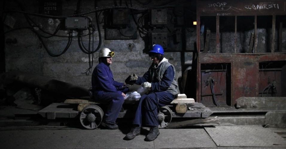 7.mar.2013 - Mulheres esperam elevador em mina de carvão de Breza, na Bósnia-Herzegóvina