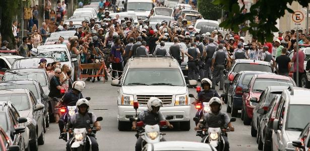 Multidão de fãs acompanha cortejo do corpo de Chorão até o Cemitério Memorial Necrópole Ecumênica, em Santos