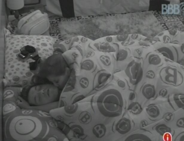 7.mar.2013 - Nasser e Andressa se beijam e se provocam nesta manhã, enquanto outros brothers dormem