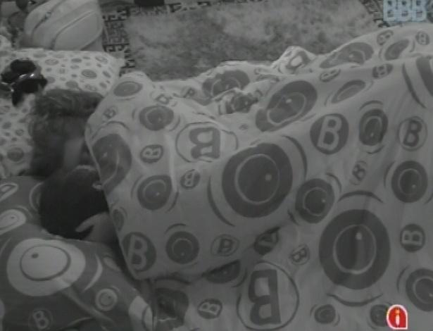 7.mar.2013 - Nasser e Andressa trocam carícias embaixo do edredom nesta manhã, enquanto outros brothers dormem